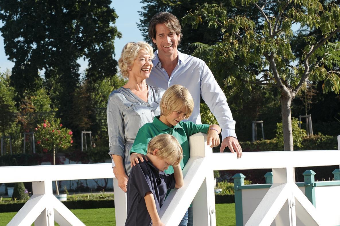 Familie auf einer Brücke im Garten