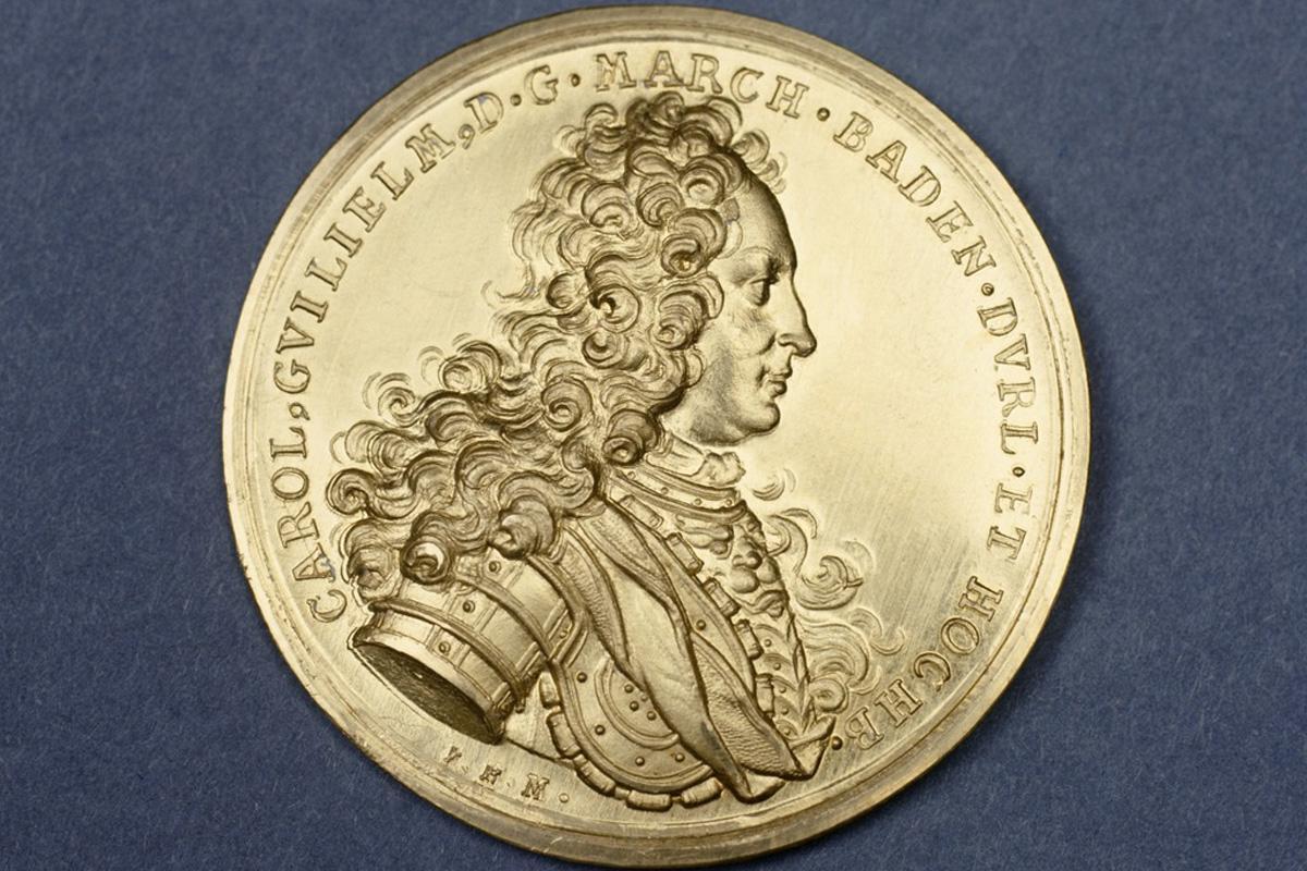 Silbermünze mit Porträtprägung von Markgraf Karl Wilhelm von Baden; Foto: Landesmedienzentrum Baden-Württemberg, Urheber unbekannt