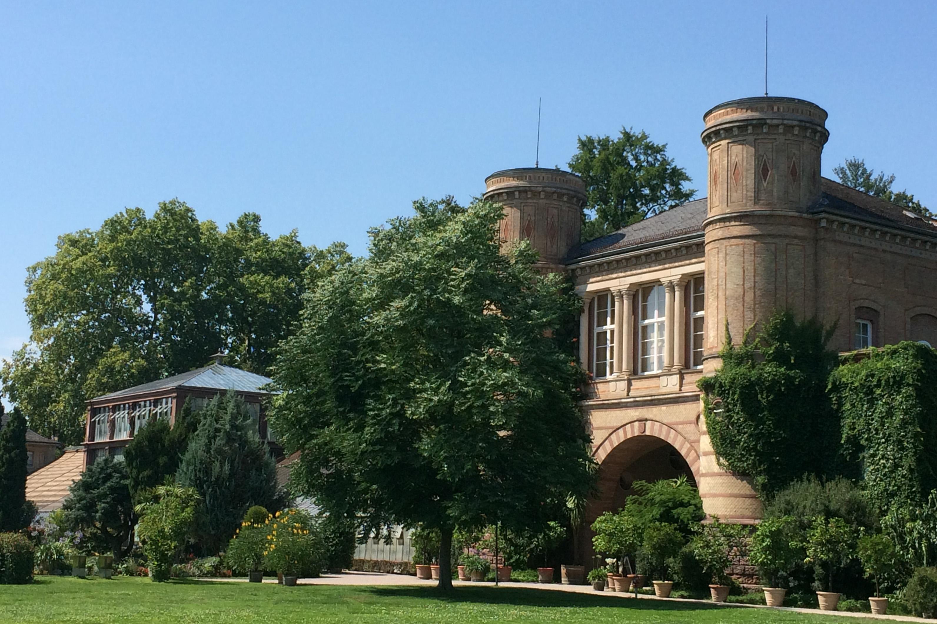 Der Torbogenbau im Botanischen Garten Karlsruhe