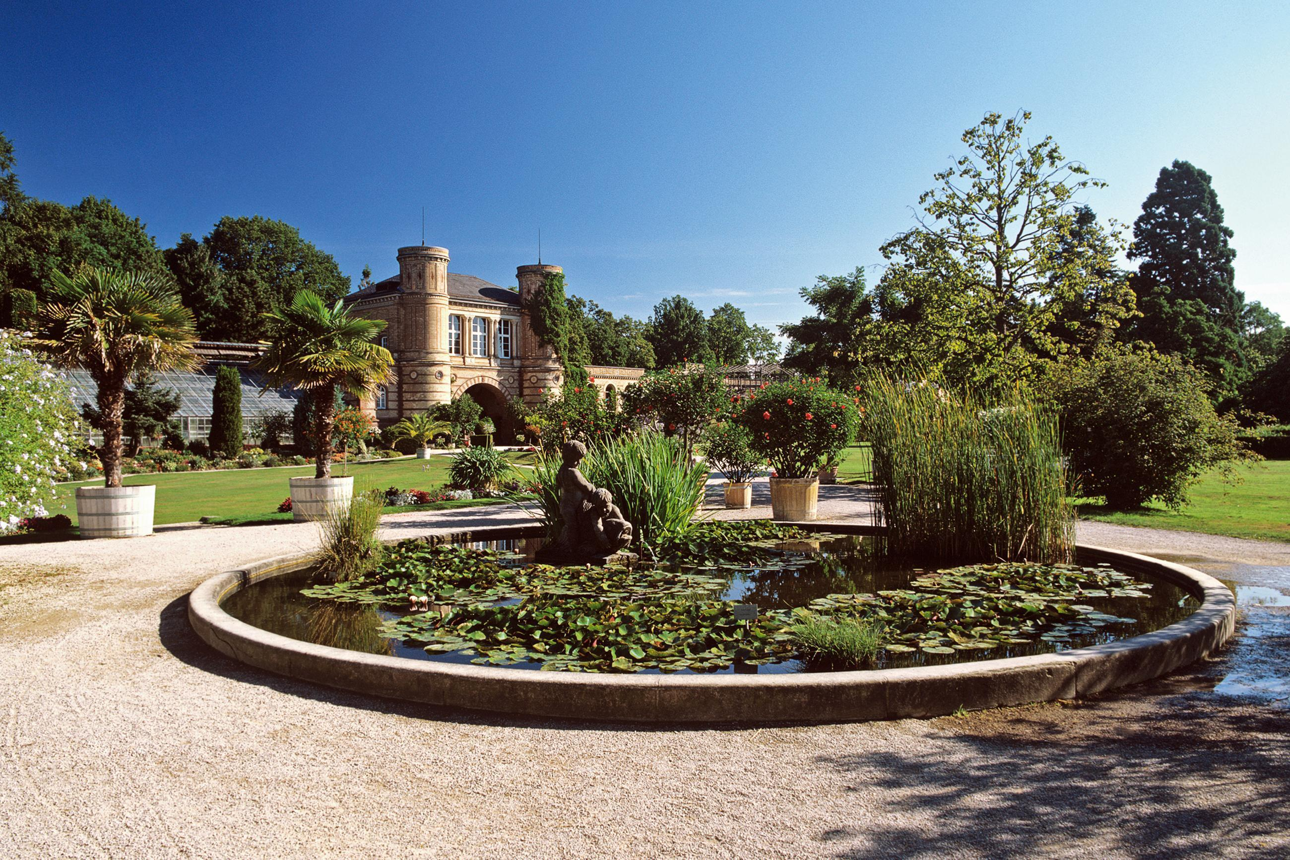 Torbogengebäude und Bassin im Botanischen Garten Karlsruhe; Foto: Staatliche Schlösser und Gärten Baden-Württemberg, Andrea Rachele