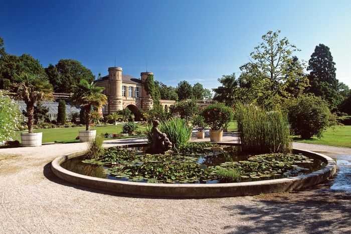 Torbogengebäude und Bassin im Botanischen Garten Karlsruhe