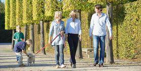 Gartenbesucher beim Spaziergang