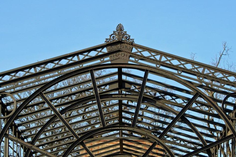 Close-up of the iron structure in the former winter garden at the Karlsruhe Botanical Gardens