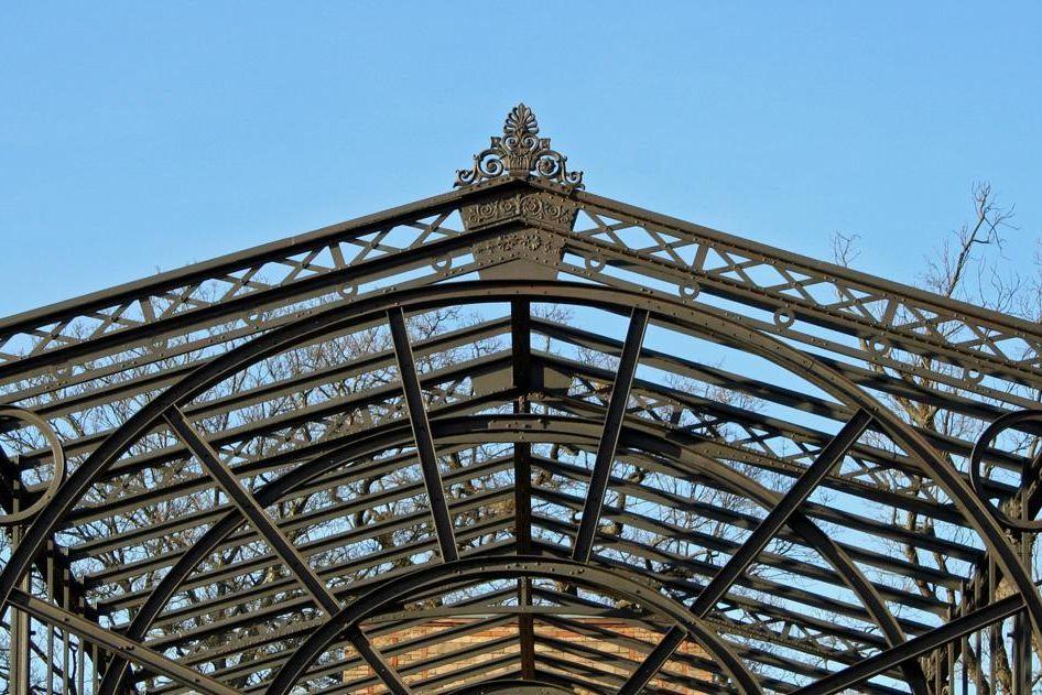 Detail der Eisenkonstruktion im einstigen Wintergarten des Botanischen Gartens Karlsruhe; Foto: Staatliche Schlösser und Gärten Baden-Württemberg, Sandra Eberle
