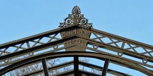 Close-up of the iron structure in the former winter garden at the Karlsruhe Botanical Gardens.