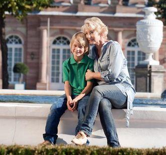 Großmutter mit Enkel bei Gartenbesichtigung; Foto: Staatliche Schlösser und Gärten Baden-Württemberg, Niels Schubert