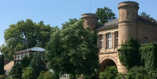 Image: The archway at the Karlsruhe Botanical Gardens