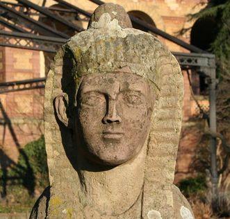 Bereich des einstigen Wintergartens im Botanischen Garten Karlsruhe mit Eisengerüst und Sphinx