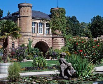 Die Palmenhäuser und das Torbogengebäude des Botanischen Gartens Karlsruhe