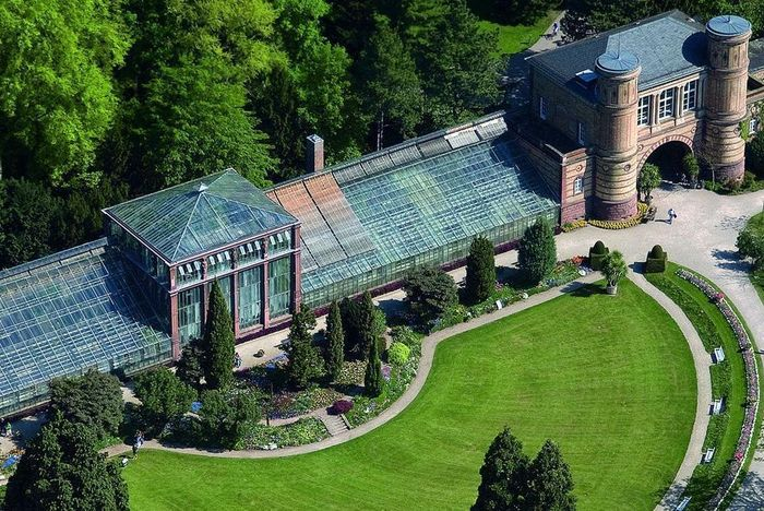 Torbogengebäude und Palmenhaus des Botanischen Gartens aus der Luft